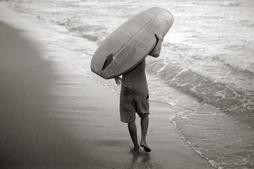 surfer_carrying_a_longboard_on_beach